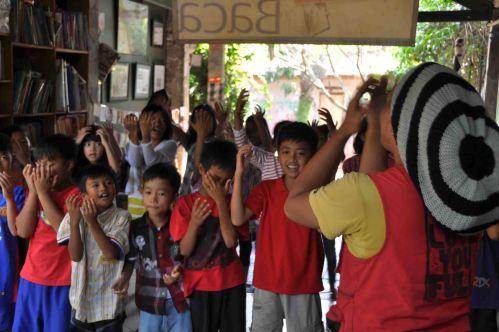 Kak Varid Putra Mbah Surip sedang mengajak anak-anak untuk ikut menyanyi dan menari bersama. Uye...uye...uye!